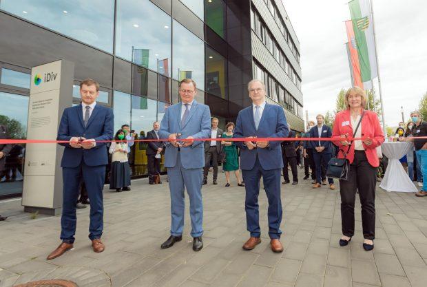 Die drei Ministerpräsidenten und die Generalsekretärin der Deutschen Forschungsgemeinschaft (DFG) eröffneten heute das neue iDiv-Forschungsgebäude an der alten Messe in Leipzig. Foto: Swen Reichhold