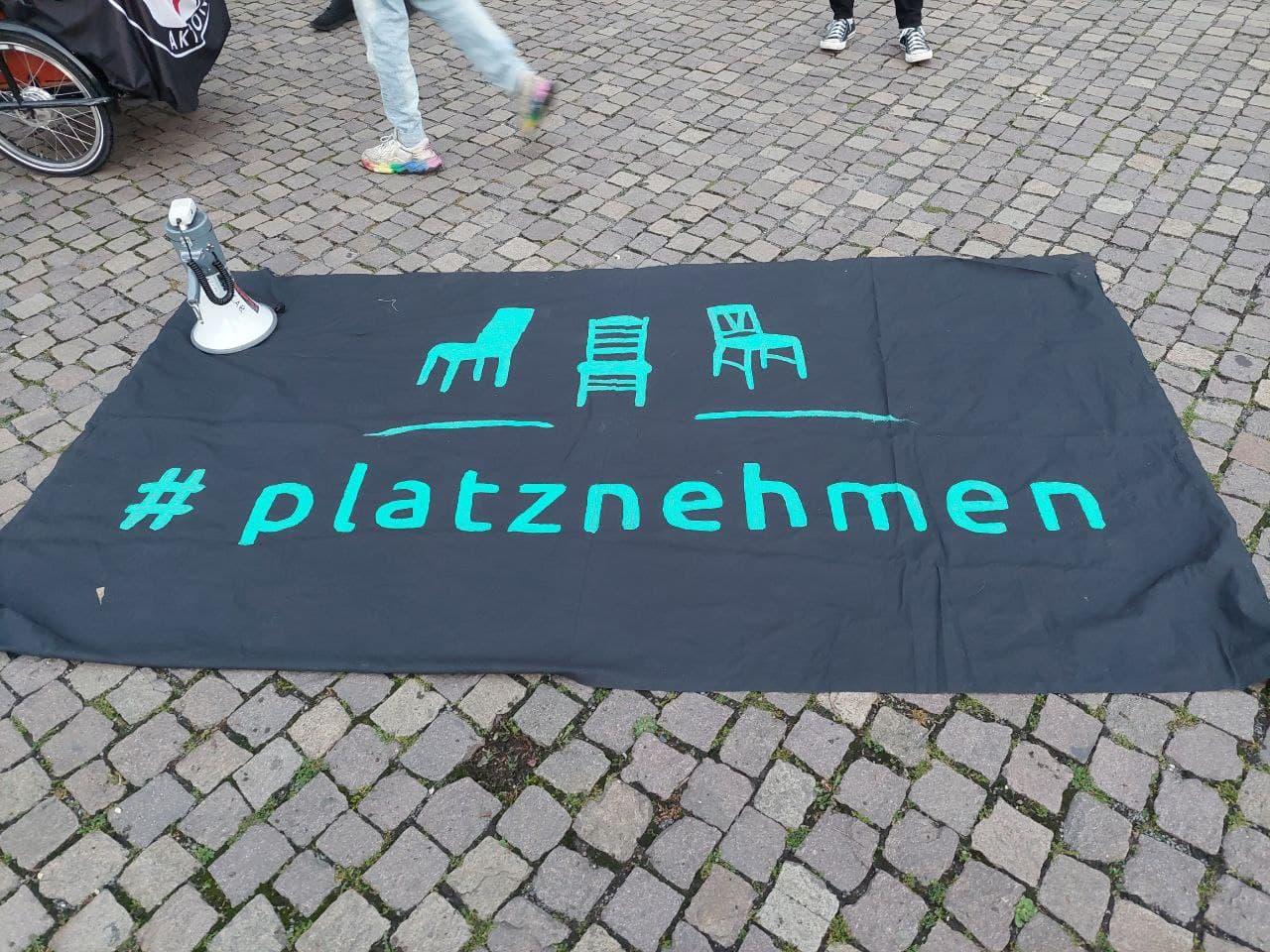 """""""Leipzig nimmt Platz"""" - Banner am beginn der Demo. Foto: LZ"""