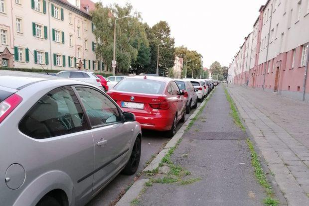 Der alte schmale Radweg im Triftweg hinter den geparkten Autos. Foto: privat