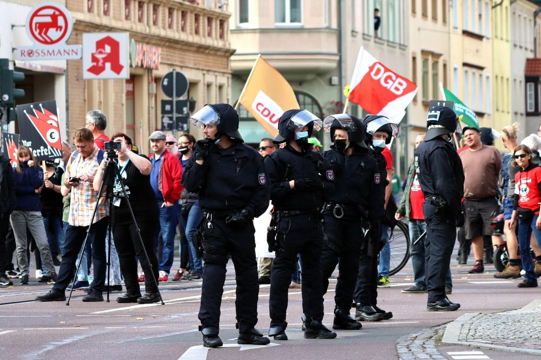 Die übliche Scharade von Liebich, hier mittels Fahnen anderer Parteien und des DGB als Tarnung für rechte Inhalte. Foto: Michael Freitag