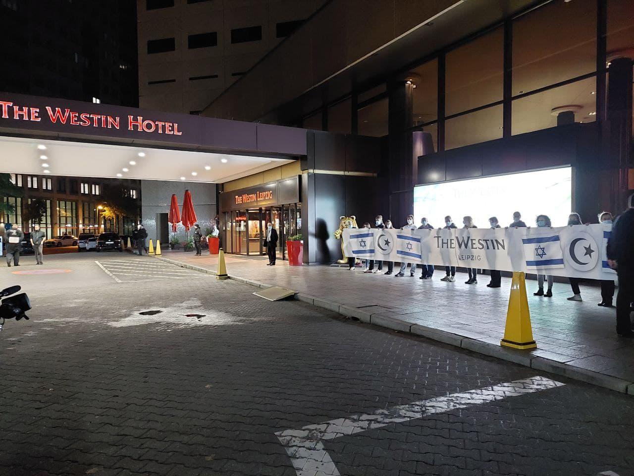 Der Eingang ist nach der Protestaktion am Abend wieder frei, die Mitarbeiterinnen des Westin haben bis zum Schluss ausgeharrt. Foto: LZ