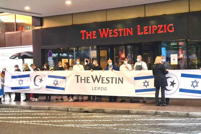 18:50 Uhr am 5. Oktober: Das Westin ist vor die Tür getreten und Mitarbeiterinnen zeigen Flagge gegen Antisemitismus - allerdings auf eine merkwürdige Art. Ofarim ist Deutscher, was die Israelfahne absurd und den türlischen Halbmond noch absurder erscheinen lässt. Foto: LZ