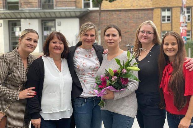 Adelina nach der bestandenen Prüfung mit ihren Kolleginnen aus der Hebammenpraxis. Foto: Emily Röger