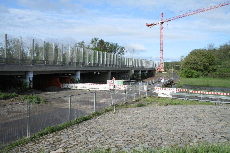 Blick auf die Baustelle der Brücke über die Neue Luppe. Foto: Ralf Julke