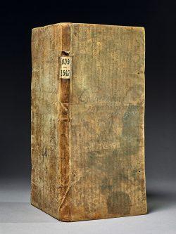 Das Leichenbuch von 1639 bis 1642 mit der Handschrift des Hrabanus Maurus im Einband. Foto: Bertram Kober/Stadtarchiv