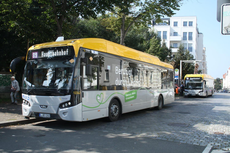 Elektrobusse der LVB an der Endhaltestelle in Connewitz. Foto: Ralf Julke