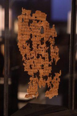 In der Ausstellung zu sehen: Das Leipziger Markusevangelium ist eine wertvolle, fragmentarisch erhaltene Handschrift aus dem 7. Jh. und enthält das Evangelium nach Markus, dessen Patronat die koptische Kirche beansprucht. Sie ist ein wichtiger Textzeuge der älteren koptischen Übersetzung aus dem Griechischen und wurde im sahidischen Dialekt verfasst. Foto: Thomas Kademann