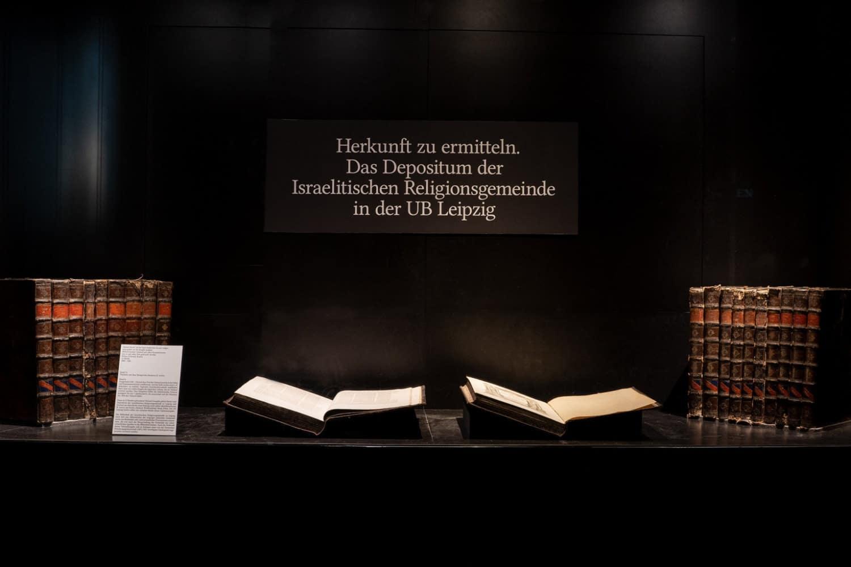"""Zeitgleich läuft die Kabinettausstellung """"Herkunft zu ermitteln"""". Sie zeigt einen Talmud als Zeichen der Herausforderung für die Erforschung der Bibliothek der Israelitischen Religionsgemeinde zu Leipzig. Foto: Thomas Kademann"""