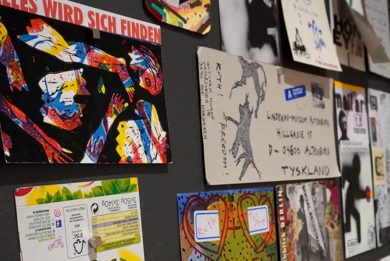 Präsentation der Mail-Art-Einsendungen in der Ausstellung. Foto: Lindenau-Museum Altenburg/Anna Ebert