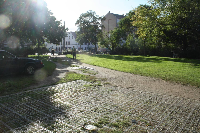 Der einstige Standort der Markuskirche in Reudnitz: eine Wiese mit Trampelpfad. Foto: Ralf Julke