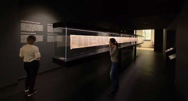 Besucherinnen im Schauraum Papyrus Ebers. Foto: Swen Reichhold